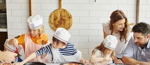 copii care fac pizza