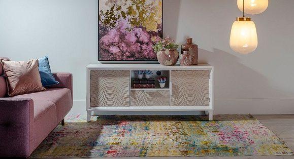 Cum decorezi comoda cand televizorul este fixat pe perete?